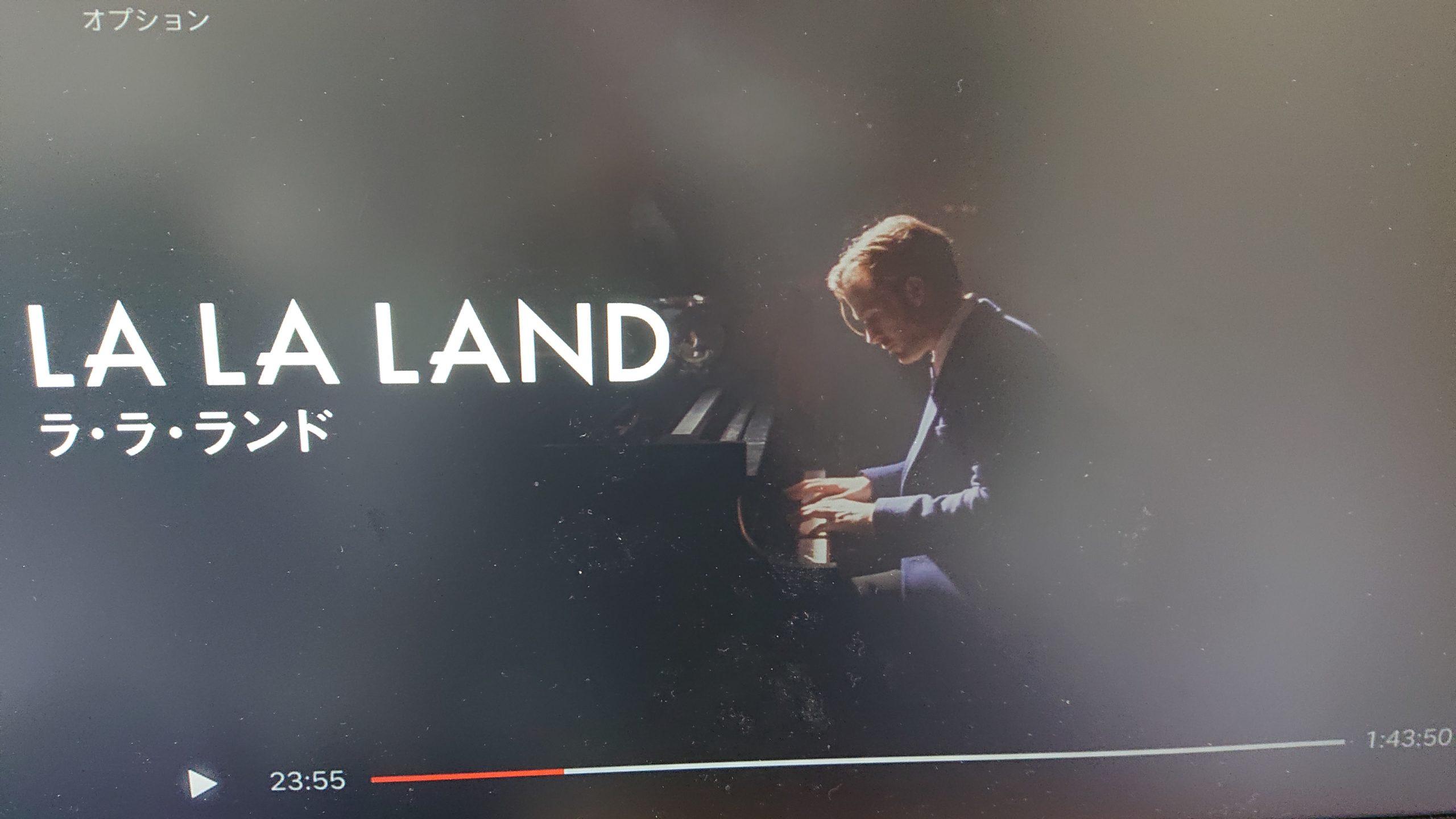 ライアン・ゴズリングがピアノを演奏している